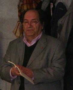 """Jean Louvet lisant, au 25e anniversaire d'Eglise-Wallonie un extrait de sa pièce """"Pierre Harmignie, Numéro 17—Prêtre"""", 2005"""